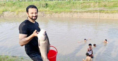 শুটিংয়ের ফাঁকে মাছ ধরতে ব্যস্ত চিত্রনায়ক সায়মন সাদিক