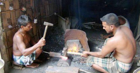 কোরবানীকে সামনে রেখে ব্যস্ত ত্রিশালের কামার কারিগররা