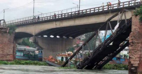 আমিনবাজার-আশুলিয়া নৌপথের পুরাতন বেইলি ব্রিজ ভেঙে নদীতে